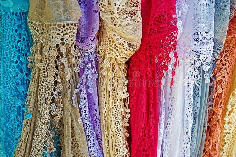 Accrocher coloré d'écharpes de dentelle images stock