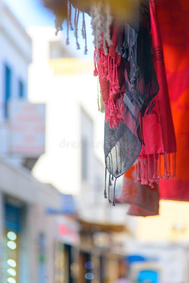 Accrocher des châles sur fond de rue, Mahdia, Tunisie photographie stock libre de droits
