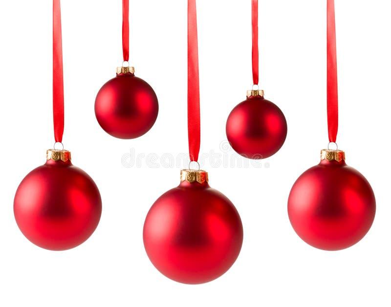 Accrocher rouge de cinq boules de Noël photos libres de droits