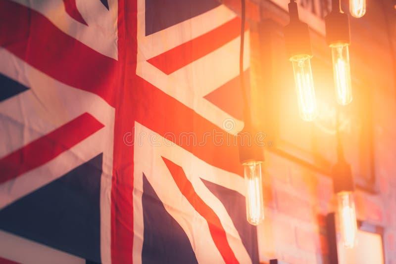 Accrochez l'ampoule avec la campagne britannique de style de drapeau image stock