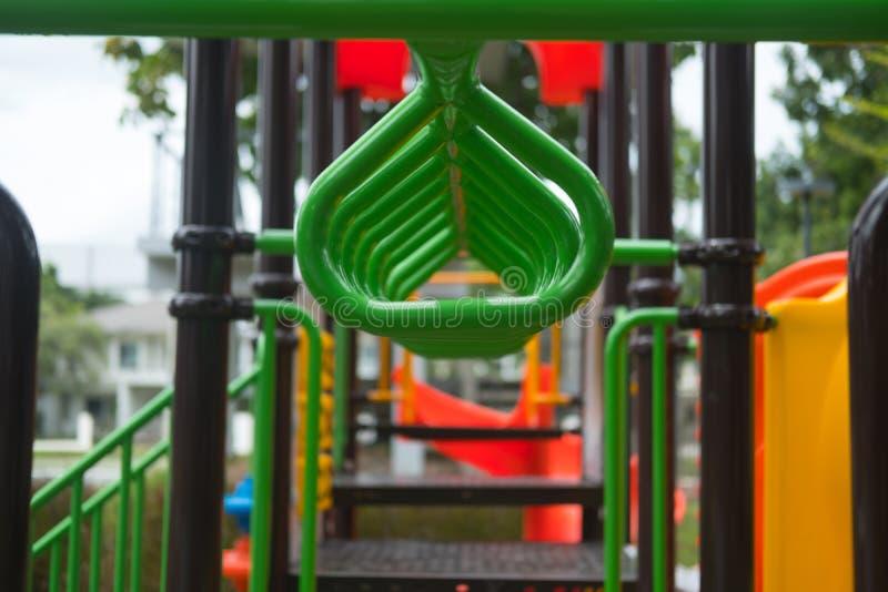 Accrochez-vous à l'exercice green bar sur l'aire de jeux extérieure photos stock