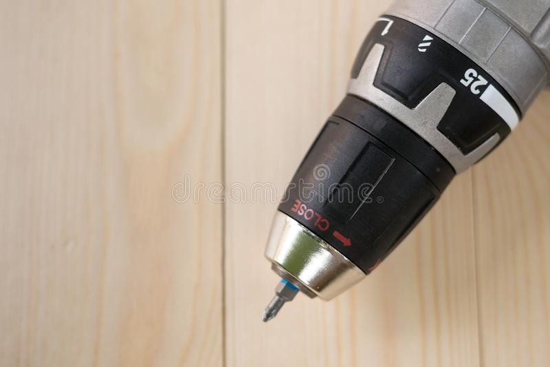 Accu sladdlöst drillborrhuvud ovanför trätabellbakgrund med kopieringsutrymme fotografering för bildbyråer