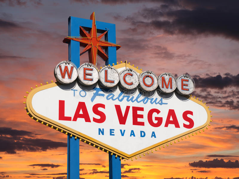 Accueil au signe de Las Vegas avec le ciel de coucher du soleil photos libres de droits