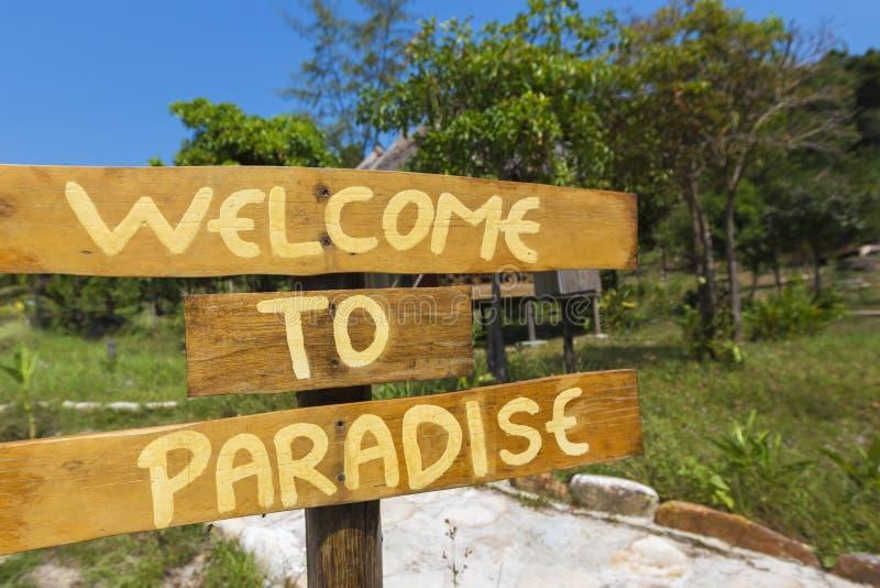 Accueil au signe de paradis avec les arbres verts et au ciel bleu dans Cambod photos stock