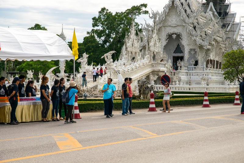 Accueil de Chalermchai le premier groupe de cavaliers par le temple blanc Vélo pour l'événement de maman image stock