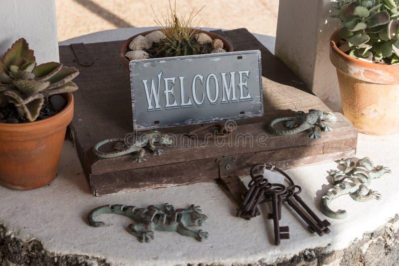 Accueil de signe en métal sur le vieux puits image libre de droits