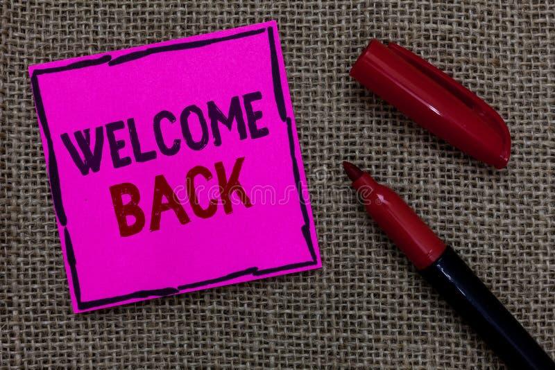 Accueil des textes d'écriture de Word de retour Le concept d'affaires pour des salutations chaudes est arrivé papier rose heureux photos stock