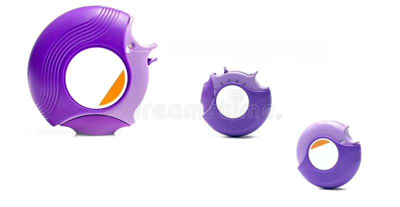 Accuhaler del asma tres aislado en el fondo blanco con el espacio de la copia Inhalador para el asma del tratamiento, regulador d foto de archivo