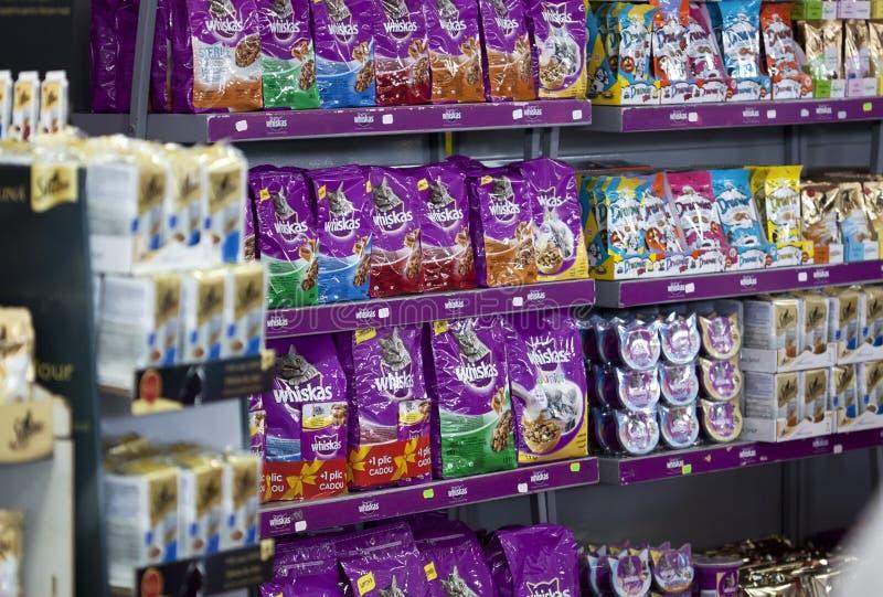 Accumulations fraîches d'aliments pour chats images libres de droits
