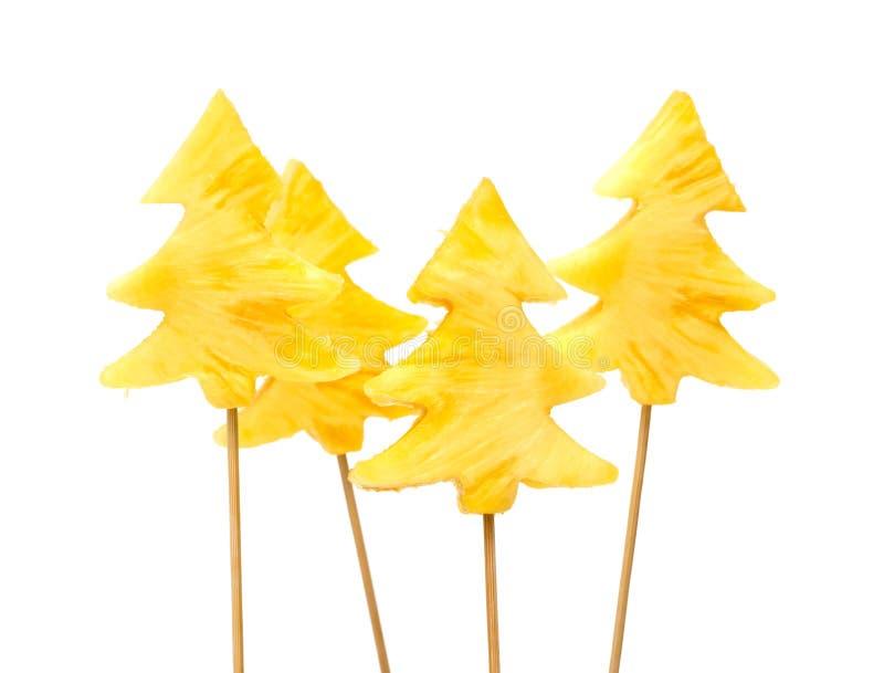 Accumulations fraîches et crues d'ananas clouées sur le bâton en bois image libre de droits