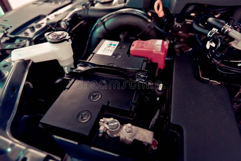 Accumulatore per di automobile del controllo del tecnico fotografia stock