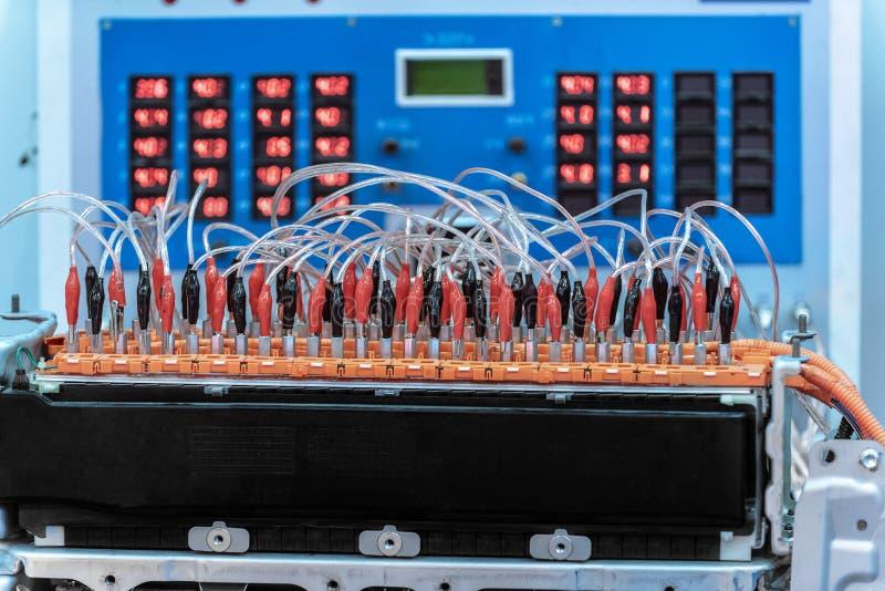 Accumulatore per di automobile di EV durante la manutenzione Davanti ad attrezzatura diagnostica fotografie stock