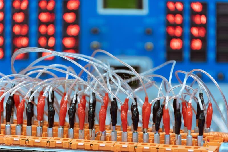 Accumulatore per di automobile di EV durante la manutenzione Davanti ad attrezzatura diagnostica fotografia stock libera da diritti