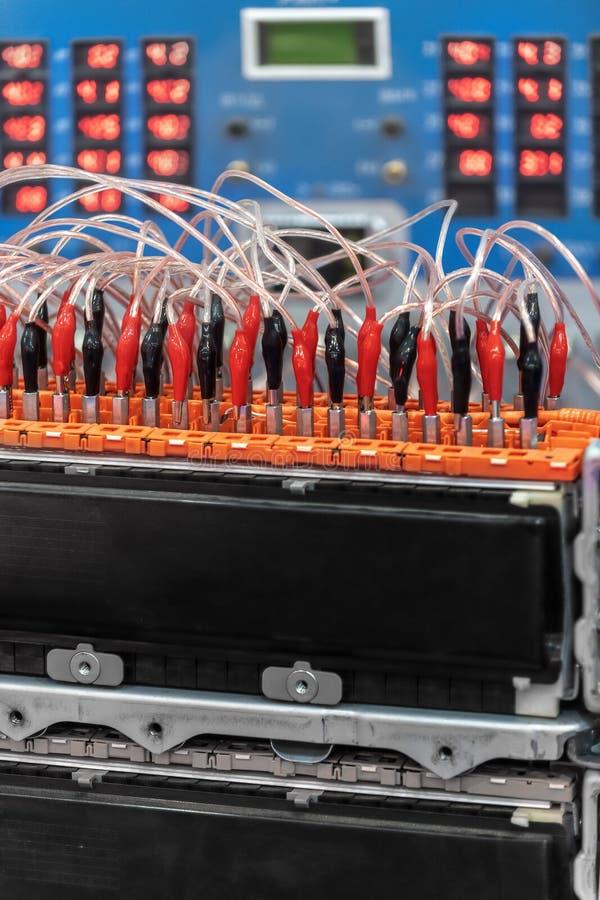 Accumulatore per di automobile di EV durante la manutenzione Davanti ad attrezzatura diagnostica fotografia stock
