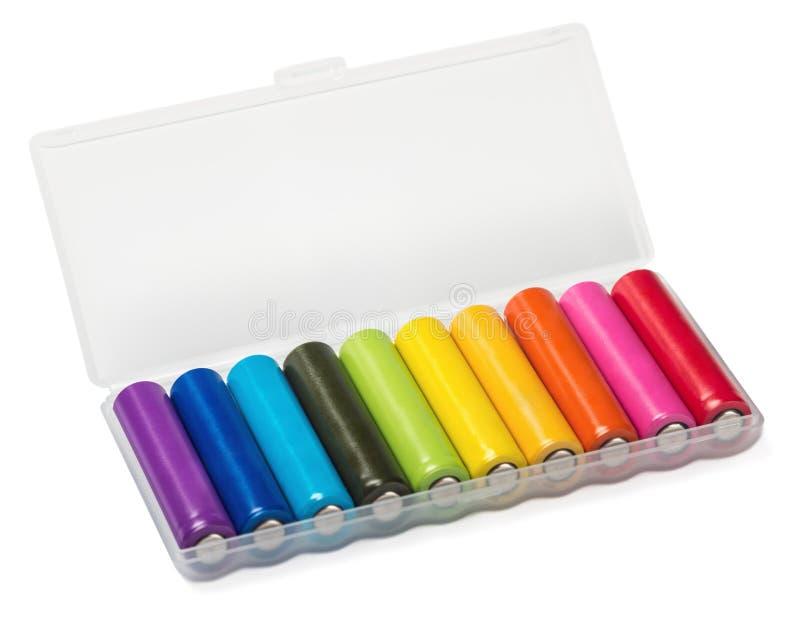 Accumulatori alcalini dei colori differenti in una scatola immagini stock libere da diritti