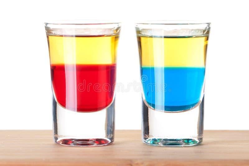 Accumulazione del cocktail del colpo: Tequila rosso e blu immagini stock