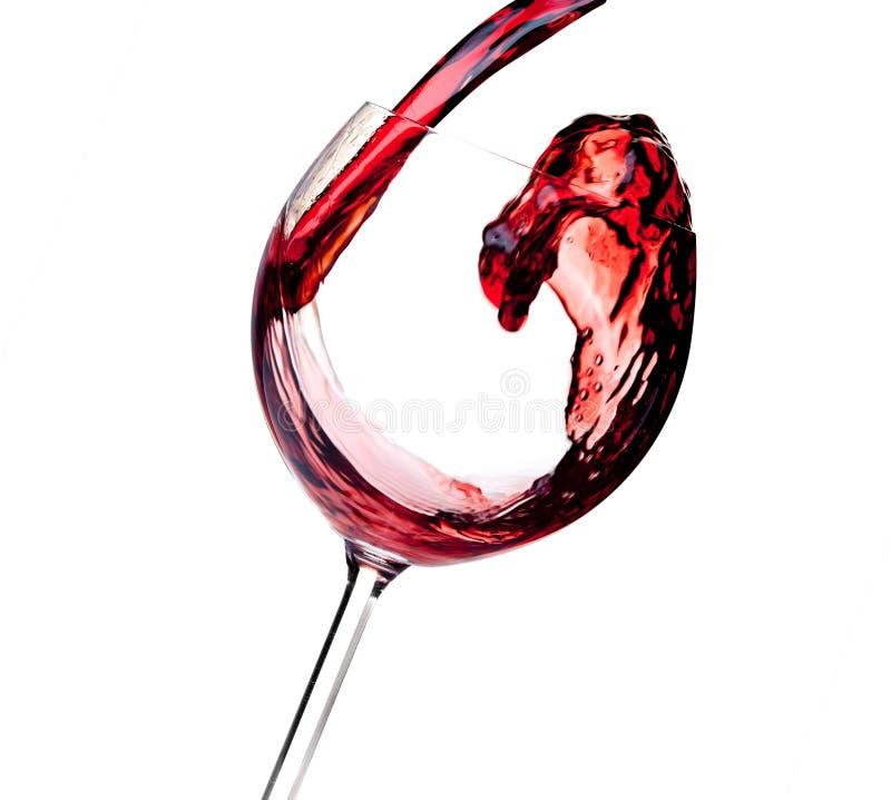 Accumulazione del vino - il vino rosso è versato in un vetro fotografie stock libere da diritti