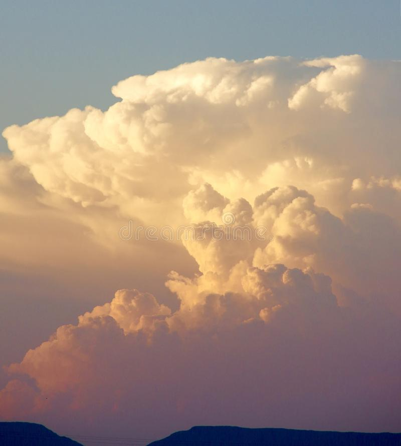 Accumulazione massiccia dei cumulonembi sopra Yuma, Arizona al tramonto fotografia stock libera da diritti