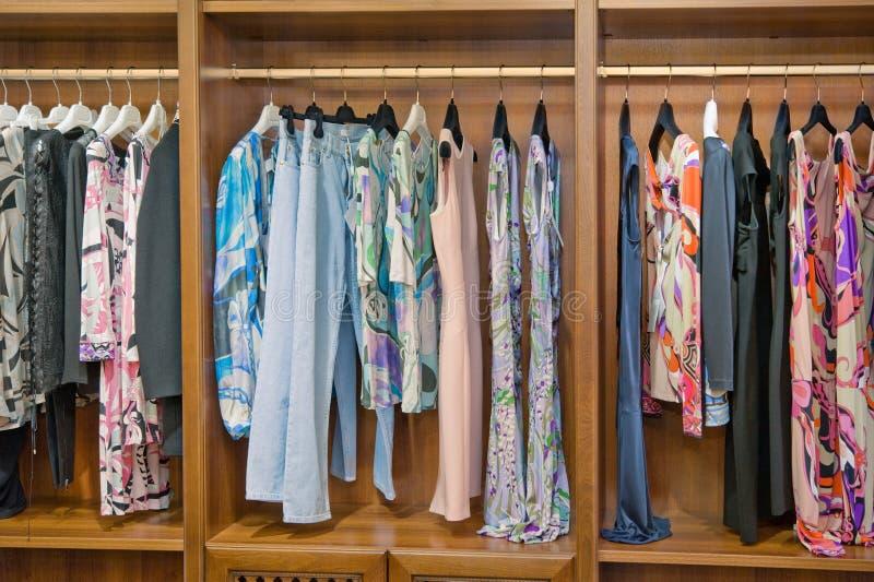 Accumulazione variopinta dei vestiti delle donne fotografia stock libera da diritti