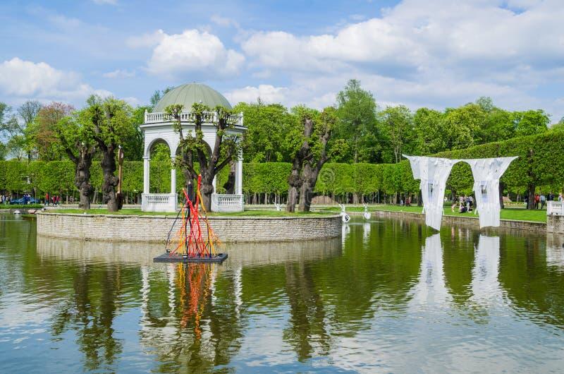 Accumulez en parc de Kadriorg en mai à Tallinn, Estonie photographie stock libre de droits