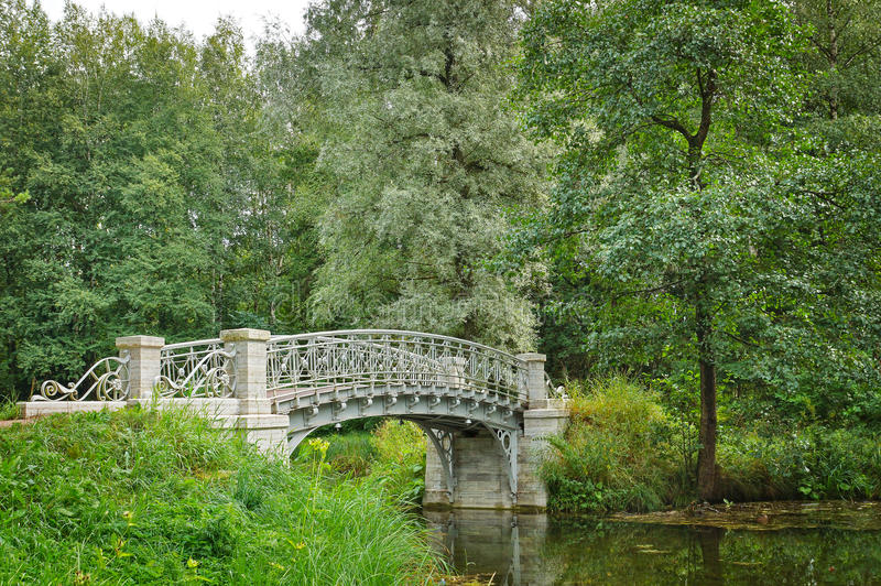 Accumuli con il vecchio ponte in Gatcina, città vicino a San Pietroburgo fotografia stock