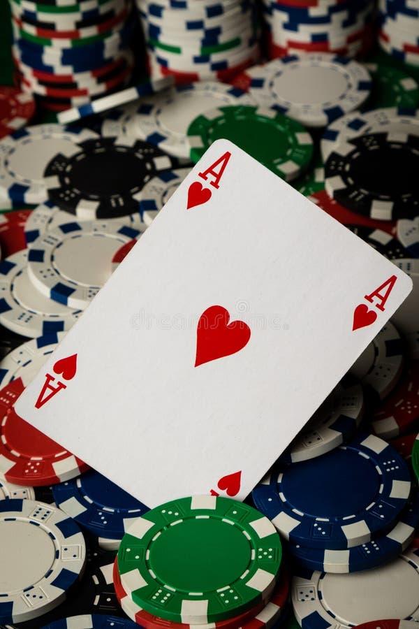 Ace av hjärtor och pokerchiper arkivbilder