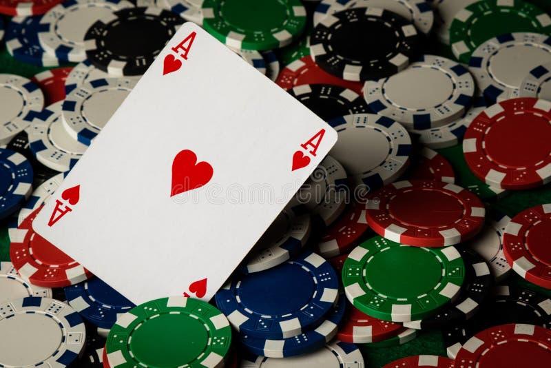 Ace av hjärtor och pokerchiper royaltyfri fotografi
