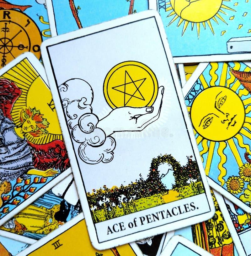 Ace dos investimentos do dinheiro do cartão de tarô dos Pentacles que salvar a prosperidade da abundância ilustração stock