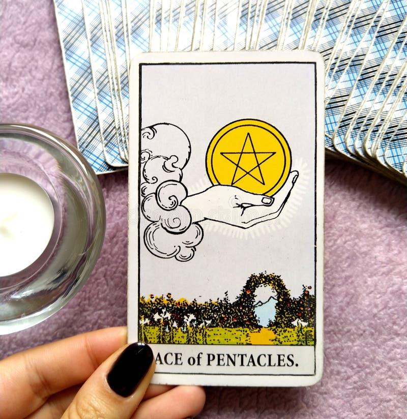 Ace dos investimentos do dinheiro do cartão de tarô dos Pentacles que salvar a prosperidade da abundância foto de stock