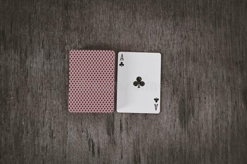 Ace van Clubs Speelkaarten op een houten achtergrond Risico en het Gokken achtergrond royalty-vrije stock fotografie