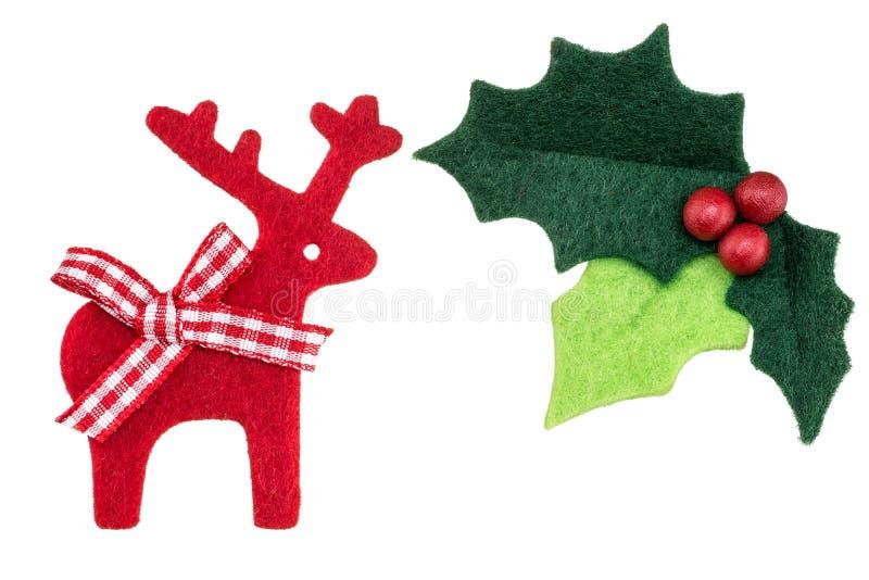 Acebo de la Navidad con las bayas y el reno rojos imagenes de archivo