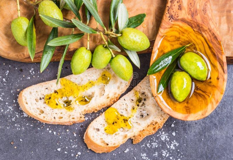 Aceite, aceitunas y pan de oliva fotografía de archivo libre de regalías