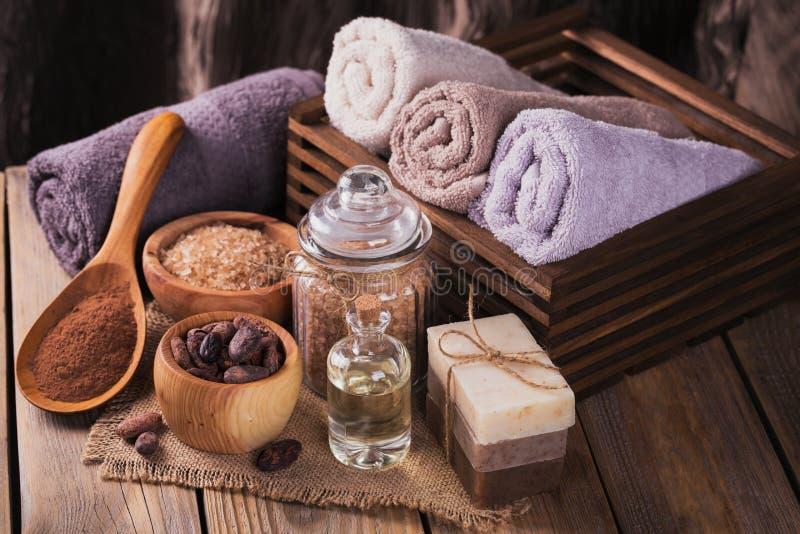 Aceite cosmético natural, sal del mar y jabón hecho a mano natural con el co fotos de archivo