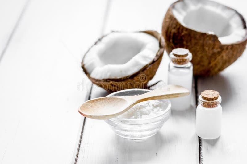 Aceite de coco para el cuidado del cuerpo en concepto cosmético en la mofa blanca del escritorio foto de archivo libre de regalías