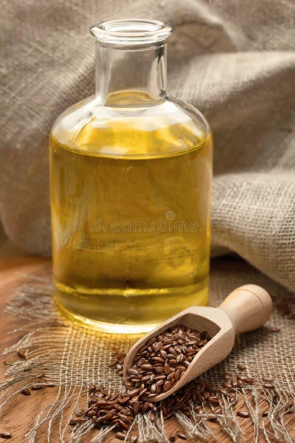 Aceite de linaza y semillas de lino imágenes de archivo libres de regalías