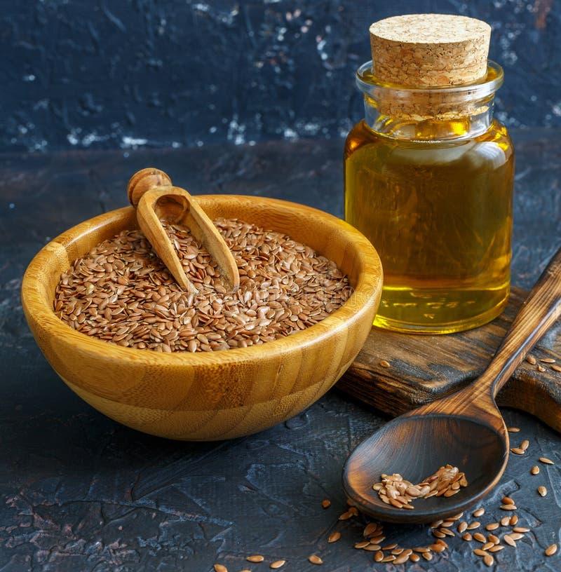 Aceite de linaza y semillas de lino en un arco foto de archivo