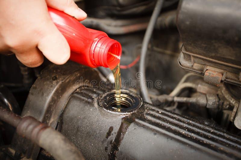 Aceite de motor, cierre del motor de coche para arriba imagen de archivo