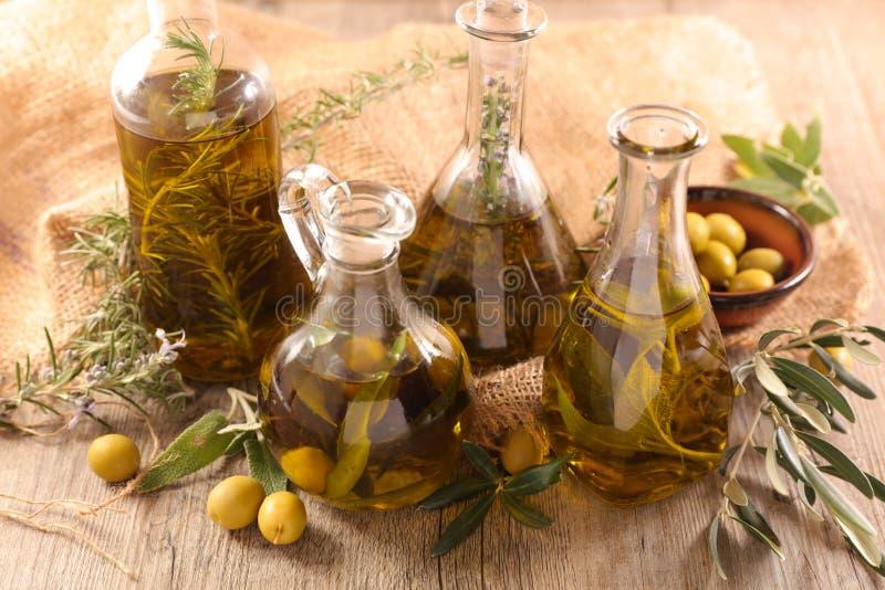 Aceite de oliva con romero imagenes de archivo