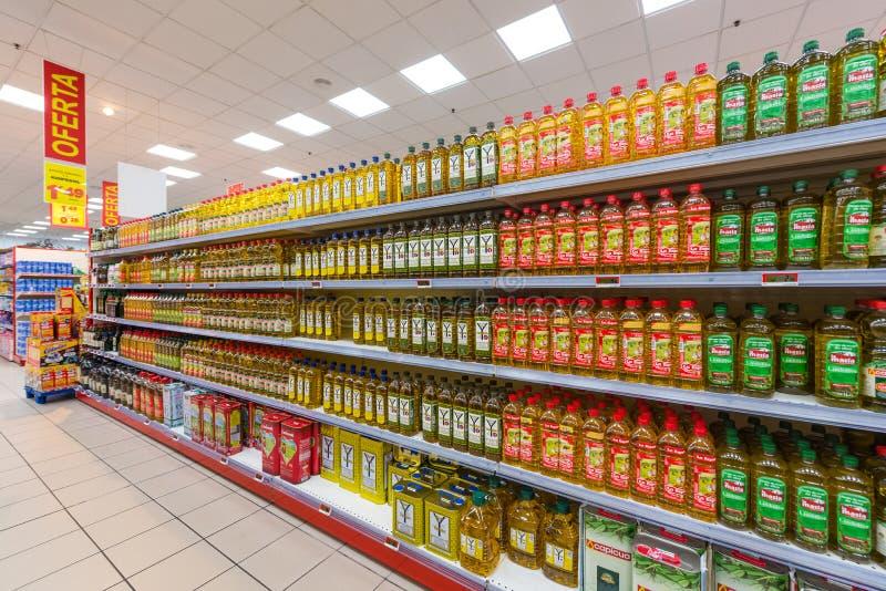 Aceite de oliva en el supermercado imagen de archivo