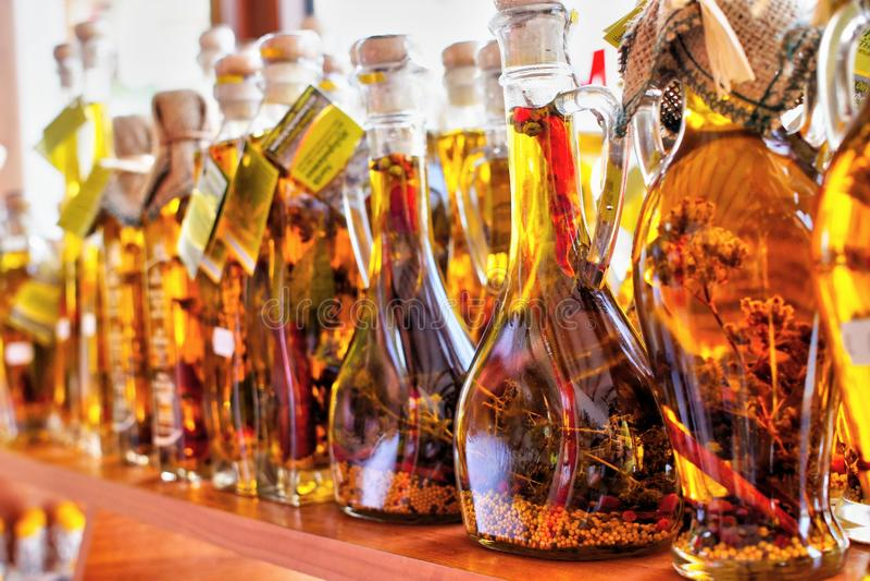 Aceite de oliva de oro con las especias en botellas en Grecia imagenes de archivo