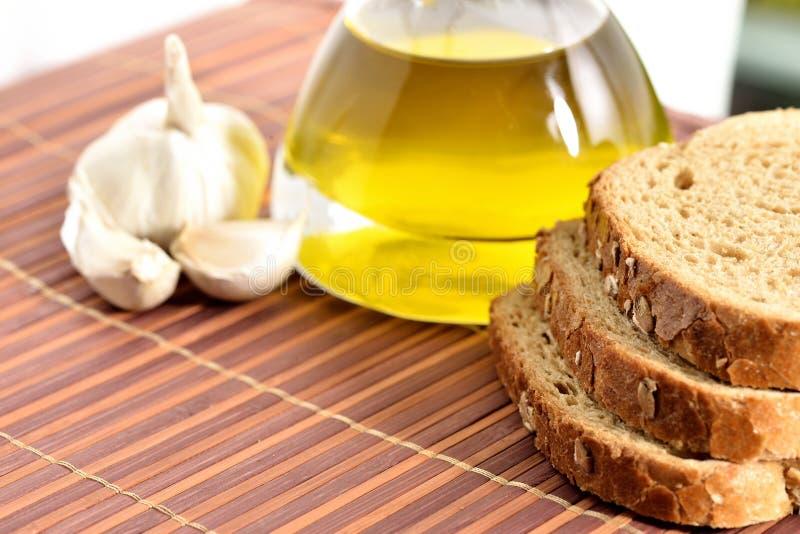 Aceite de oliva, pan, ajo fotos de archivo libres de regalías