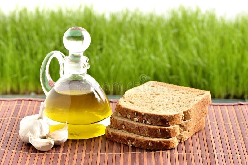 Aceite de oliva, pan, ajo imagenes de archivo