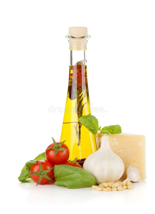 Aceite de oliva, tomates de cereza, albahaca, ajo y parmesano fotos de archivo