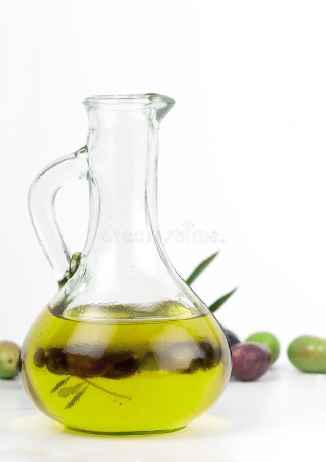 Aceite de oliva virginal adicional con las aceitunas frescas. imágenes de archivo libres de regalías