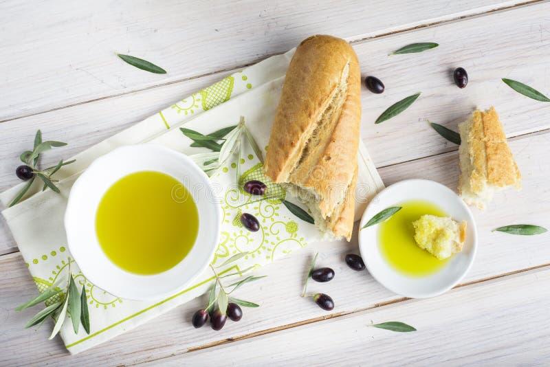 Aceite de oliva virginal adicional con pan fotografía de archivo libre de regalías