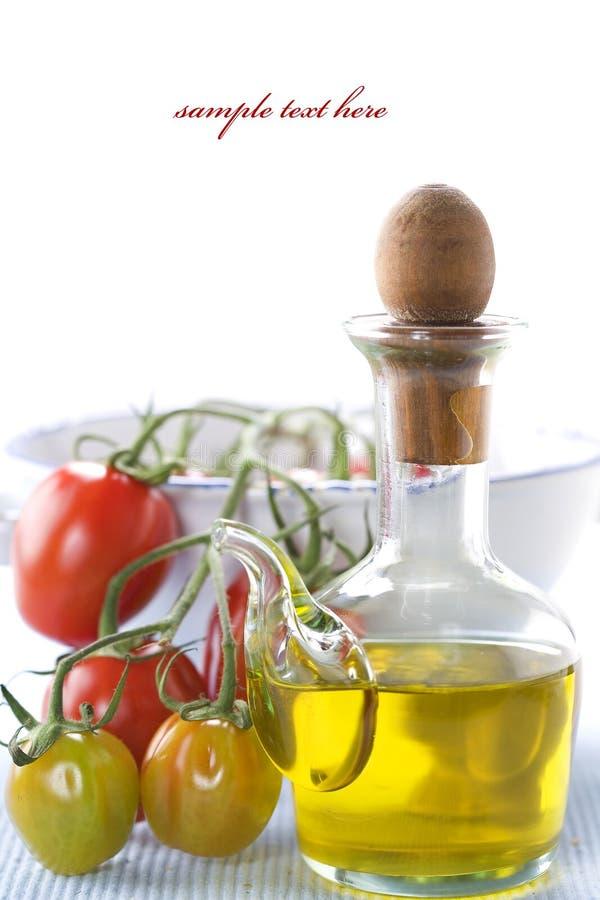 Aceite de oliva y ramificación de tomates orgánicos imagen de archivo libre de regalías