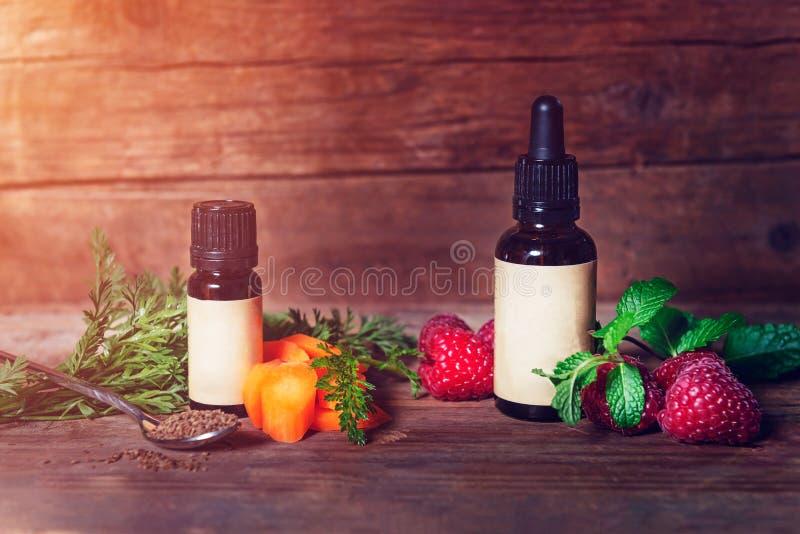 Aceite de semilla de la zanahoria y de la frambuesa Puro, natural Aromatherapy, aceite de la base del masaje, protecci?n solar fotografía de archivo libre de regalías