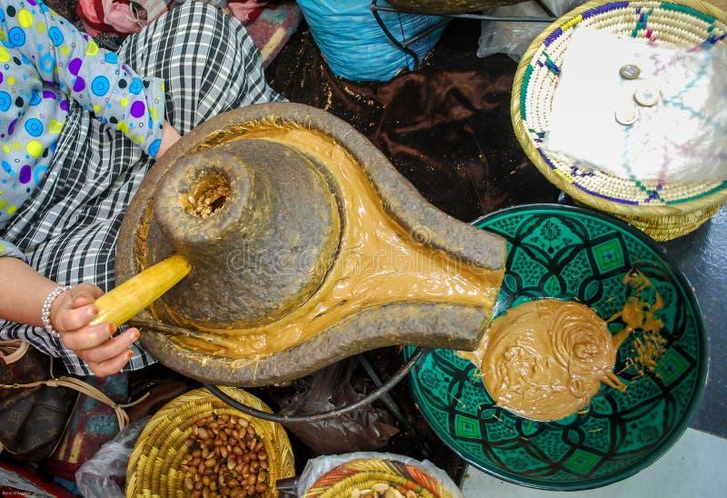 Proceso del aceite del Argan imagen de archivo libre de regalías