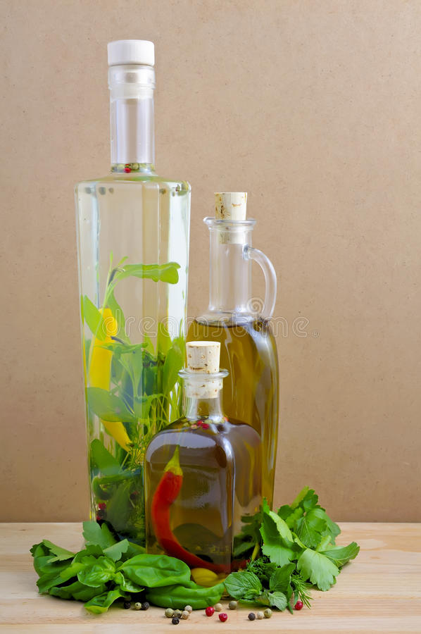Aceite e hierbas de oliva imágenes de archivo libres de regalías