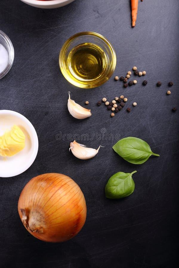 Aceite e ingrediente de oliva para la sopa de los tomates fotos de archivo libres de regalías